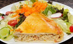 Salada Light com fatia de torta de frango