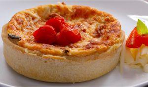 Quiche Caprese (Manjericão, mussarela e tomate cereja)